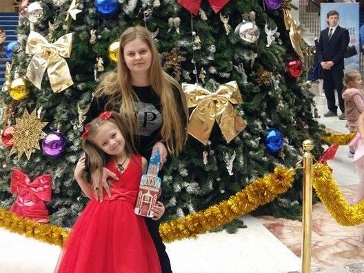 Друзья, примите поздравления с наступающим Новым годом от наших очаровательных Юлии и Машеньки.